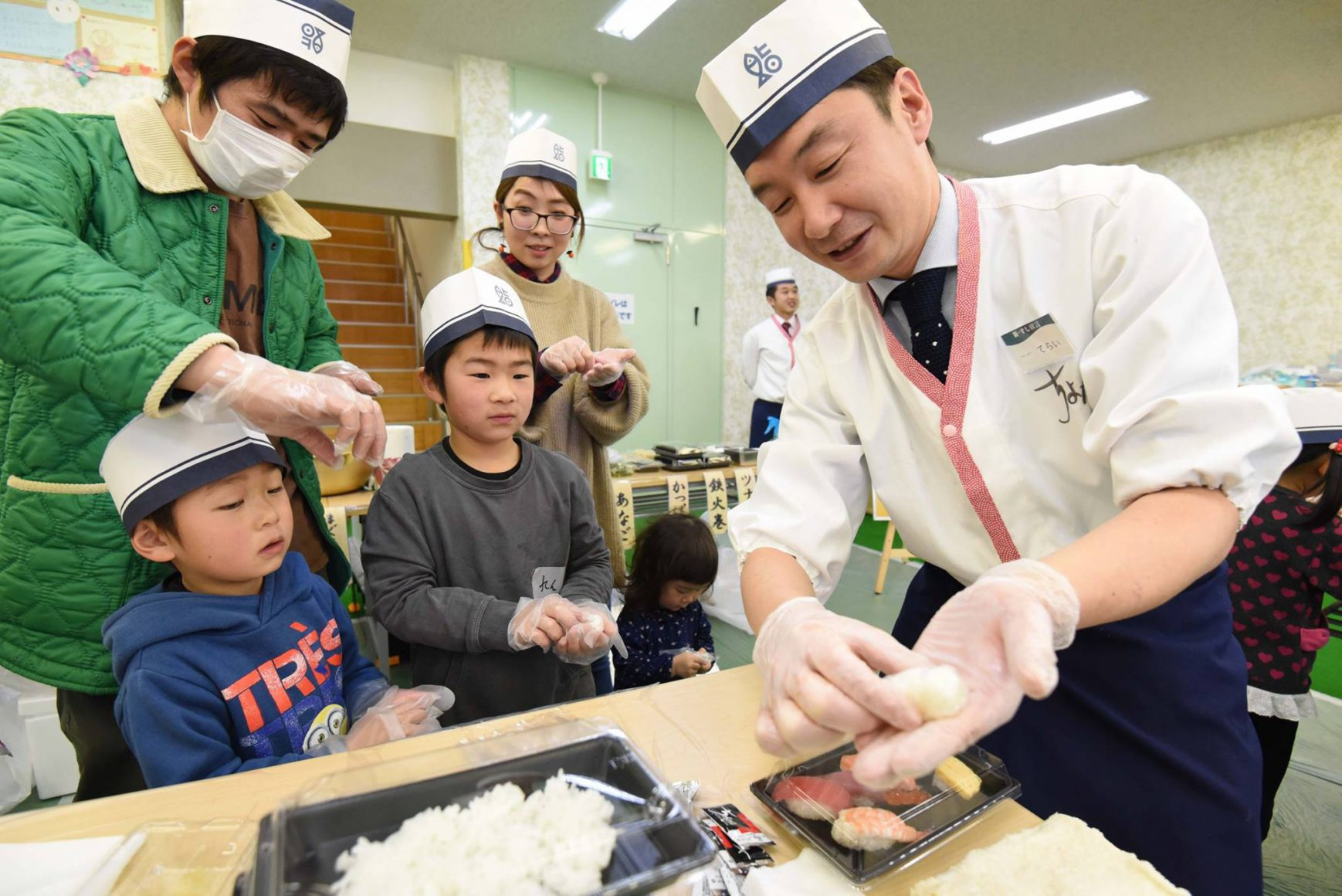 本格江戸前すし「ちよだ鮨」の皆さんが南相馬の子どもたちにお寿司を振る舞いに来てくださいました